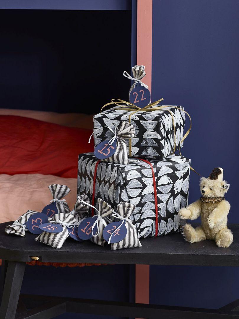 Prezenty zapakowane w papier ozdobiony stempelkami z ziemniaka wykonanymi farbą Chalk Paint w kolorach Pure, Barcelona Orange, Primer Red, English Yellow, Antibes Green, Giverny i Napoleonic Blue. Fot. Annie Sloan