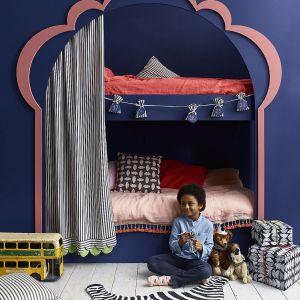 Łóżko piętrowe w pokoju dziecka pomalowane Chalk Paint w kolorze Napoleonic Blue, dekoracja w kolorze Scandi Pink, podłoga w kolorze Old White, woreczki do kalendarza adwentowego w tkaninie w prążki  Ticking in Graphite. Prezenty zapakowane w papier ozdobiony stempelkami z ziemniaka wykonanymi farbą Chalk Paint w kolorze Pure. Fot. Annie Sloan