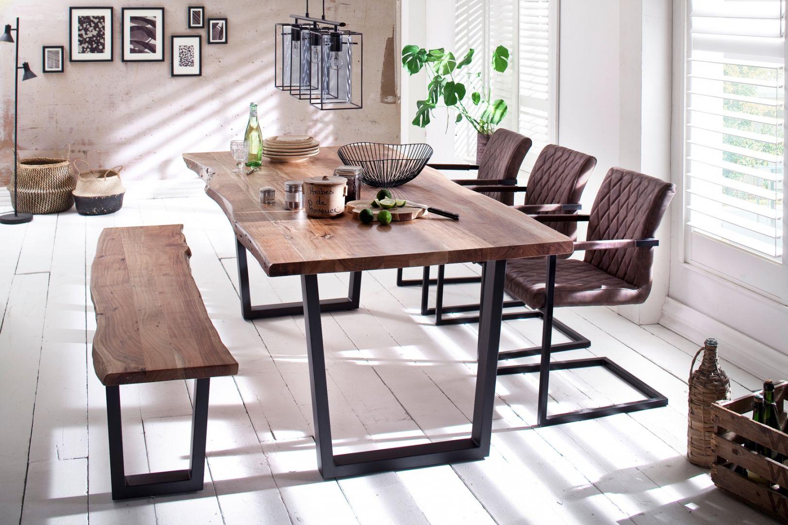 Charakterystyczną cechą stołów w stylu industrialnym jest zachowanie surowości drewna, czasem nawet w samym kształcie nieidealnych desek. Fot. Iguane.pl