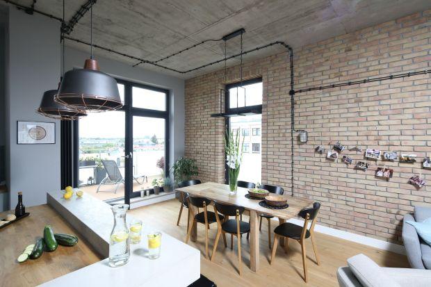 Duży stół, drewniany parkiet, tapicerowane krzesła i designerskie oświetlenie – jadalnia w stylu industrialnym robi wrażenie. Jak ją urządzi, aby była funkcjonalna i piękna? Poznajcie triki ekspertów.
