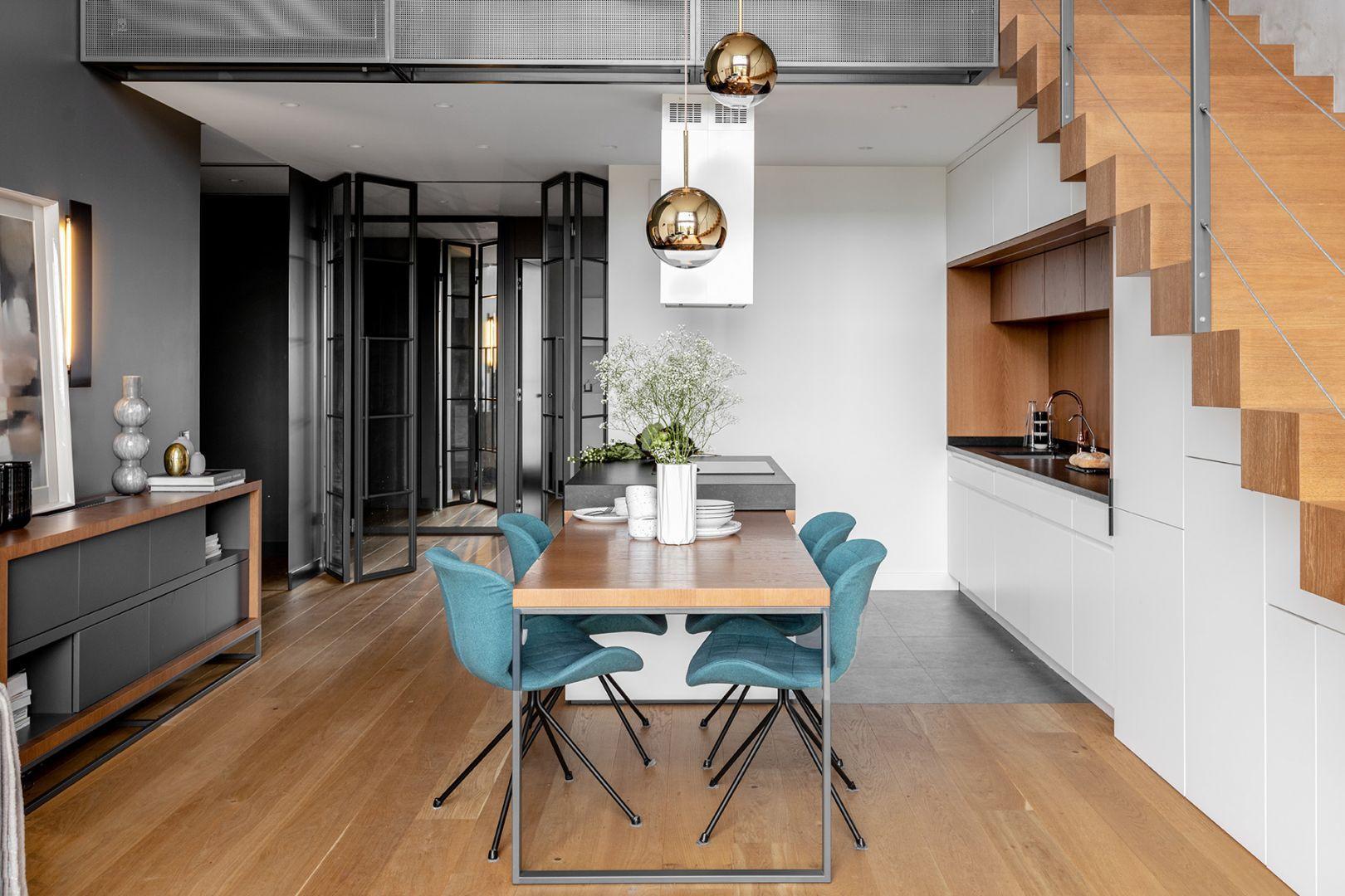Niezbędnym uzupełnieniem aranżacji jadalni w stylu industrialnym jest charakterystyczne oświetlenie, które dobrze jest umieścić tuż nad stołem. Projekt: JMW Architekci. Fot. Ola Dermont i JMW Architekci