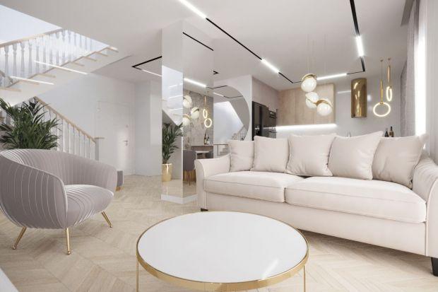 Otwartą strefę dzienną urządzono w nowoczesnej stylistyce. Dominują tu jasne kolory, które pięknie uzupełniają dodatki w postaci złotych lamp i luster.
