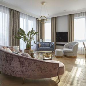 W stylowym salonie elegancki jest też fotel i sofy. Projekt: NOKE Architects (Karol Pasternak, Piotr Maciaszek, Filip Sar, Bartosz Pasternak, Agnieszka Tracka). Fot. Piotr Maciaszek