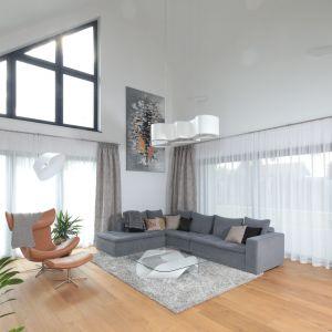 Skórzany fotel z podnóżkiem to idealny wybór do jasnego, przestronnego salonu. Projekt: Agnieszka Hajdas-Obajtek. Fot. Bartosz Jaros
