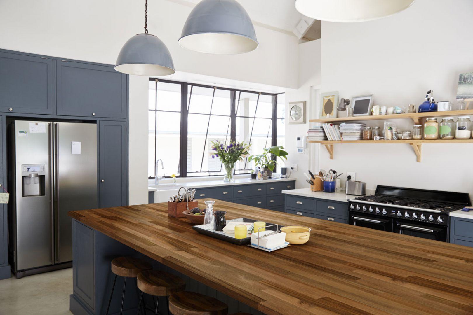Blat kuchenny został wykonany z drewna akacji. Pięknie pasuje do ciemnych mebli oraz białych ścian. Fot. DLH