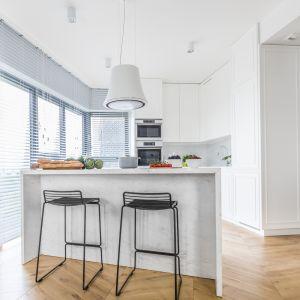 Decydując się na białe szafki kuchenne, mamy praktycznie nieograniczone możliwości doboru kolorów ścian, podłóg i blatów, a także dodatków. Projekt Decoroom. Fot. Pion Poziom