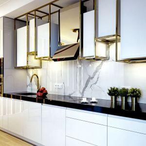 Białe kolory odbijają światło, dzięki czemu w pomieszczeniu takim większość osób czuje się dobrze i komfortowo. Projekt MIKOŁAJSKAstudio. Fot. Krystyna Mikołajska