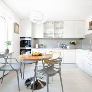 Nic nie wskazuje na to, żeby białe kuchnie wyszły z mody. Projekt MM Architekci. Fot. Jermiasz Nowak.