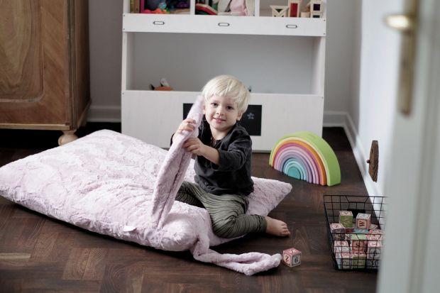 Jakie dodatki wybrać do pokoju dziecka?Polecamy niezwykłą kolekcję szydełkową, która jest w całości robiona ręcznie.Girlandy z kulami, lodami lub sowami,kuszą nowoczesnymi wzorami i tradycyjnym wykonaniem.