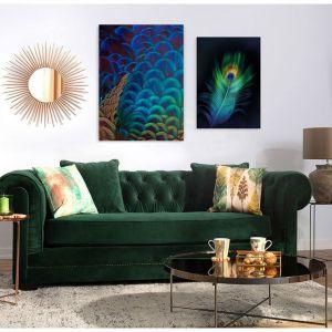 Obraz na płótnie Multicolor Feathers doskonale komponuje się z zielona sofą. Fot. Dekoria
