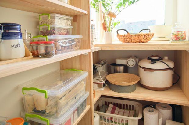 Spiżarnia to centrum kulinarnego dowodzenia. Jeśli przygotowywanie posiłków w domu nie jest nam obce, z pewnością doceniamy zalety tego pomieszczenia, zwłaszcza w okresie świątecznym, kiedy to w kuchni sporo się dzieje. Aromatyczne przyprawy, pr