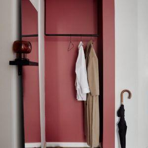 Soczysty kolor M339 Tango nie tylko ożywi korytarz pokryty klasyczną białą farbą, ale też optycznie go poszerzy, skutecznie wydzielając tym samym strefę do pozostawienia okryć wierzchnich, obuwia i parasoli.  Fot. Tikkurila Optiva Matt 5