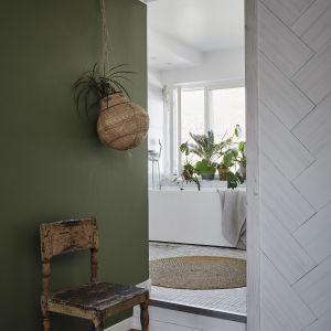 Głęboki, nasycony odcień N378 Ficus ukoi wzrok, stwarzając interesującą dekorację domowego holu. Fot. Tikkurila Optiva Matt 5