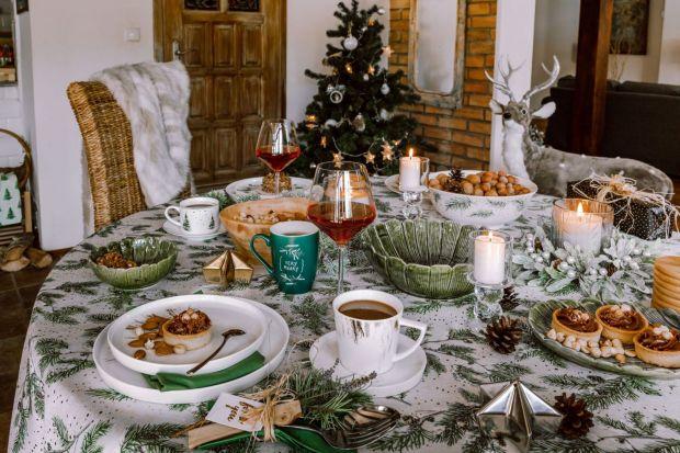 Stół na święta powinien pięknie wygadać. Warto pomyśleć o ładnych dekoracjach i eleganckiej zastawie. Zobaczcie kilka pomysłów na świąteczną aranżację stołu.