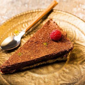 Tarta orzechowa z musem czekoladowym i malinami. Fot. Backmit