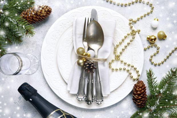 Po czym poznać dobrze nakryty stół? Na jego całokształt składa się kilka dopełniających się elementów: idealny obrus, lśniąca zastawa, świąteczne dekoracje. Zobacz, jak przygotować stół na Wigilię, aby prezentował się w ten wieczór w