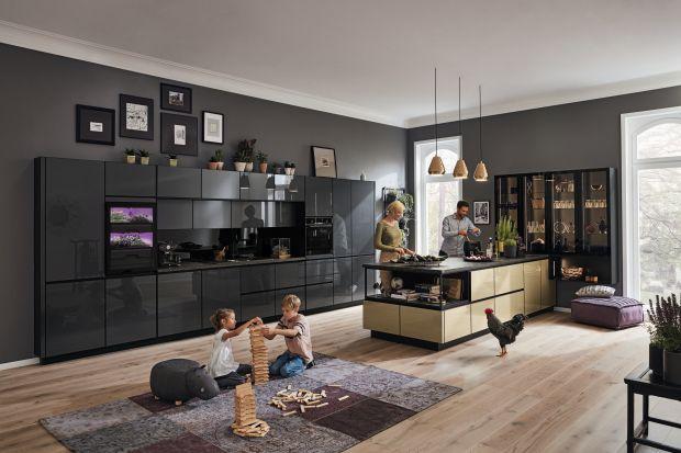 Otworzyliśmy kuchnie na czerń, która pięknie prezentuje się na frontach mebli i doprawiliśmy sporą szczyptą złota. W mijającym roku te dwa kolory nadawały ton modnym aranżacjom. Wprowadzenie do kuchni czerni i złota to udany sposób na podnie