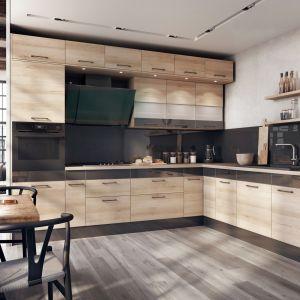 Czerń przyciąga wzrok i nadaje ton kuchennemu wnętrzu. Bardziej zachowawczy użytkownicy mogą ograniczyć się do ozdobnych dekorów na frontach mebli i połączyć je kolorystycznie ze sprzętem AGD, ścianą nad blatem roboczym i pozostałymi elementami wyposażenia kuchni. Fot. KAM