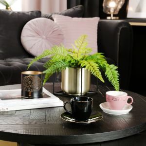 Oryginalne blaty stolików w połączeniu z prostym designem skupią w centrum wypoczynkowym domu dyskretną aurę luksusu. Fot. Salony Agata