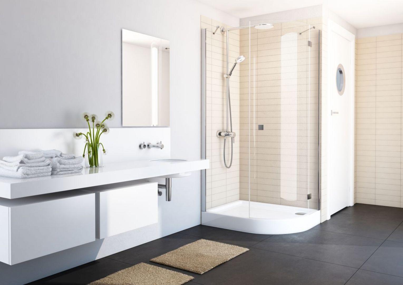 Beże, szarości, brązy, czyli tzw. kolory ziemi to barwy, które będą królowały w łazienkach w 2021 roku. Fot. Schedpol