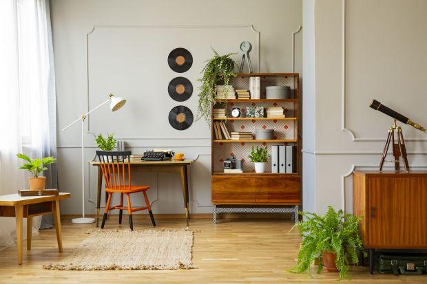 Dziś biuro staje się więc integralną częścią naszych domów. Warto zatem zadbać o tę przestrzeń. Urządźmy ją przede wszystkim komfortowo, np. w funkcjonalnym i odrobinę sentymentalnym stylu wabi-sabi.