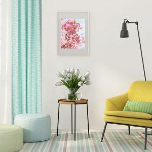 Kolorowe zasłony doskonale sprawdzą się w jasnym salonie. Fot. Tuckano