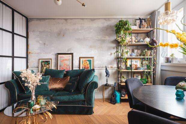 Nie wiecie jak udekorować ścianę w salonie? Zobaczcie pomysły, które będą na czasie także i w 2021 roku. Farba, cegła, ciekawa zabudowa? Wybór należy do was!