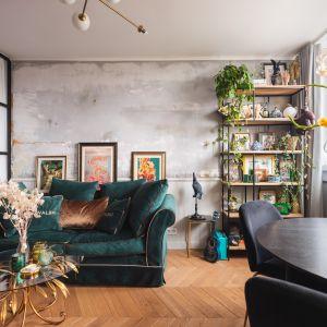 Pomysł na ścianę za kanapą w salonie - tynk z efektem betonu, regał w loftowym stylu, oryginalne grafiki. Projekt: Barbara Godawska z iHome Studio. Fot. Przemysław Kuciński