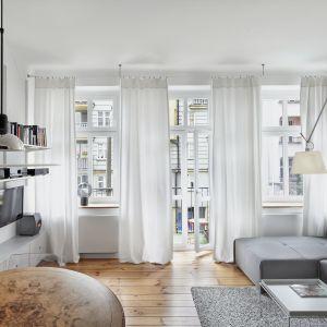Białe zasłony doskonale pasuję do jasnego salonu. Są lekkie i pięknie wyglądają. Projekt: Katarzyna Buczkowska-Grobecka. Fot. www.fotografy.eu