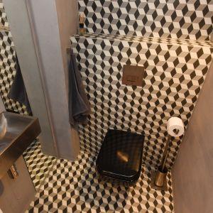 Toaleta to ukłon w stronę holenderskiego malarza i grafika Mauritsa Cornelisa Eschera. Geometryczne wzory płytek na podłodze i ścianach przypominają grafiki mistrza, którego muzeum mieści się właśnie w Hadze. Projekt i zdjęcia: Marta Kruk, HeyHome