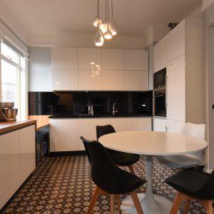 Kuchnia urządzona jest prosto i nowocześnie. Dominuje tu piękne połączenie bieli i czerni z elementami drewna. Projekt i zdjęcia: Marta Kruk, HeyHome