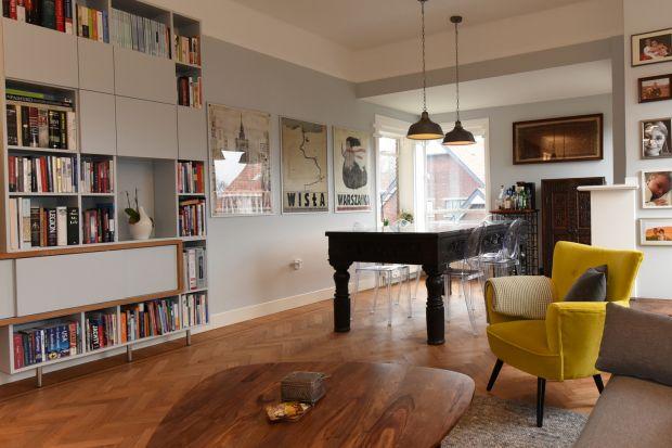 Mieszkanieo powierzchni 122 metrów kwadratowych znajduje się w modernistycznym budynku z lat 30-tych XX wieku w Hadze w Holandii.Wnętrze pięknie łączy nowoczesność, elementy stylu eklektycznego, pamiątki z Afganistanu i polskie akcenty.