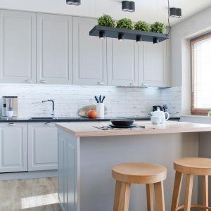 W centrum kuchni znalazła się dobrze oświetlona, wygodna wyspa z dwoma hokerami, która jest główną ozdobą pomieszczenia. Projekt: Ewelina Mikulska-Ignaczak, Mikulska Studio. Fot. Jakub Ignaczak, K1M1