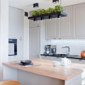 Na życzenie właścicieli w kuchni są dwa rodzaje blatu – z laminatu oraz z kamienia. Projekt: Ewelina Mikulska-Ignaczak, Mikulska Studio. Fot. Jakub Ignaczak, K1M1