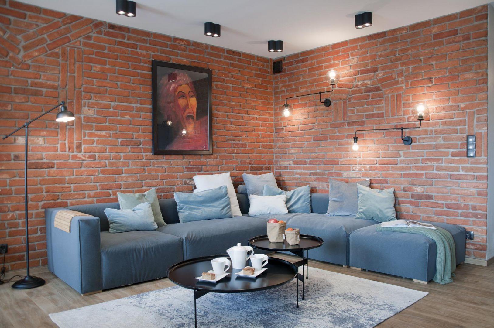 W pokoju dziennym elementem dominującym jest czerwona cegła pochodząca z rozbiórki, która pięknie zdobi ściany. Projekt: Ewelina Mikulska-Ignaczak, Mikulska Studio. Fot. Jakub Ignaczak, K1M1