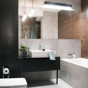 W łazience na pierwszym poziomie znajduje się wanna oraz  komfortowy prysznic (140 cmx90 cm) z brodzikiem. Projekt: Ewelina Mikulska-Ignaczak, Mikulska Studio. Fot. Jakub Ignaczak, K1M1