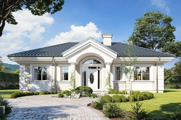 Wygodny, funkcjonalny dom o małej powierzchni. Jest ekonomiczny i bardzo ładny. Ten projekt to także idealna propozycja dla osób lubiących klasyczną architekturę dworkową i rezydencjonalną.