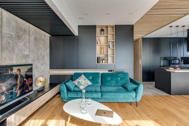 Sofa w salonie. Kolor głębokiej zieleni to hit! 12 świetnych zdjęć