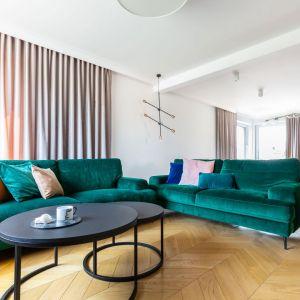 Dwie zielone sofy tworzą strefę wypoczynku w części salonowej. Projekt Weronika Budzichowska Fot.  Pion Poziom
