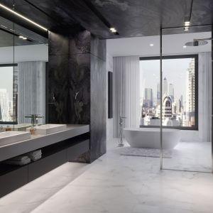 Strefę natrysku od strefy wanny oddziela tylko pojedyncza tafla przezroczystego szkła. Na ścianie naprzeciw wielkich luster znajduje się luksusowy zestaw prysznicowy Trevi. Fot. Ferro