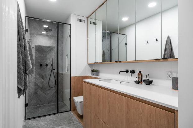 Wanna czy prysznic – oto odwieczny łazienkowy dylemat. Najlepiej zdecydować się na jedno i drugie. Tym razem jednak stawiamy na prysznic i udowadniamy, że – choć wanna jest niezwykle ważna – strefa natrysku również potrafi pełnić pierwszop