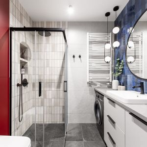 W małej łazience zmieściła się wygodna kwadratowa kabina prysznicowa. Zamiast brodzika zamontowano odwodnienie liniowe. Projekt: Maria Nielubszyc, pracownia PURA design. Zdjęcia Jakub Nanowski.jpg