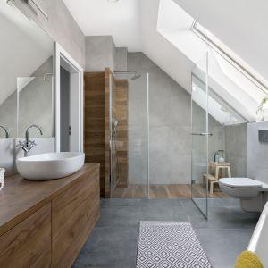 Pomysł na łazienkę z prysznicem na poddaszu. Projekt: MM Architekci. Fot. Jeremiasz Nowak