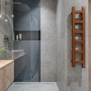 Minimalistyczna strefa prysznica z odwodnieniem liniowym. Projekt: Dorota Pilor. Fot. Radosław Sobik