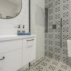 strefa prysznica wizualnie oddzielona od reszty łazienki wzorzystymi patchworkowymi płytkami. Projekt i zdjęcia: Katarzyna Kiełek, Agnieszka Komorowska-Różycka.jpg