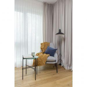W kąciku czytelniczym w salonie znajduje się podłogowa lampa Tripod HM8 (&Tradition). Projekt: Decoroom Pracownia Architektury. Fot. Marta Behling, Pion Poziom – fotografia wnętrz