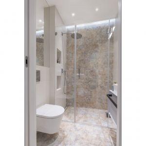 W mniejszej łazience znajduje się wygodna kabina prysznicowa typu walk-in, toaleta i umywalka. Projekt: Decoroom Pracownia Architektury. Fot. Marta Behling, Pion Poziom – fotografia wnętrz