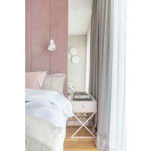 Lustra umieszczone po obu stronach łóżka optycznie powiększają przestrzeń. Projekt: Decoroom Pracownia Architektury. Fot. Marta Behling, Pion Poziom – fotografia wnętrz
