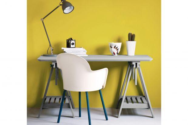 Według Instytutu Pantone, globalnej wyroczni w dziedzinie kolorów, w 2021 roku trendy zdominuje ten duet: szarość Ultimate Grey oraz cytrynowożółty Illuminating. Barwyte warto zastosować w domowym biurze lub w kąciku do pracy.
