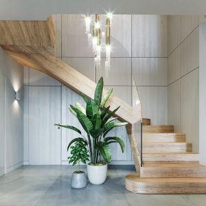Drewniane schody prowadzą na poddasze. Projekt: arch. Michał Gąsiorowski. Fot. MG Projekt